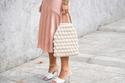 الأحذية النسائية البيضاء مع التنورة الستان الأنيقة