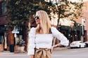 الأحذية النسائية البيضاء مع الملابس العملية البسيطة
