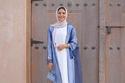 عباية شيفون شفافة  باللون الأزرق مع فستان أبيض