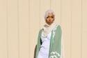 عباية شيفون مزخرفة باللون الأخضر مع فستان أبيض
