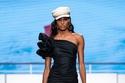 فستان أسود بتفاصيل على كتف دون الآخر