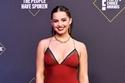 Addison Rae بفستان حرير ماكسي باللون الأحمر