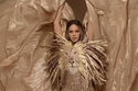 بيونسيه ملكة الأدغال ذهبية بإطلالة تزينها رأس أسد للمصمم جورج حبيقة