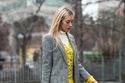 تنسيق اللون الرمادي مع فستان أصفر