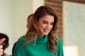 أفكار لارتداء التنورة على طريقة الملكة رانيا بالقصة المستقيمة
