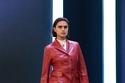 إطلالة باللون الأبيض مع معطف جلدي من مجموعة Salvatore Ferragamo