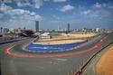 فرناندو ألونسو سائق فورمولا يلتقط صورة لموتور سيتي في دبي