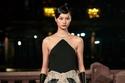 فستان أسود أنيق مع حزام لامع من مجموعة Lanvin