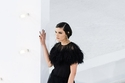 فستان أسود مزين بالريش من مجموعة Chanel