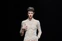 فستان زفاف أبيض دانتيل من مجموعة Valentino لخريف وشتاء 2021