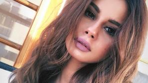 شاهدوا رد فعل منة عرفة بعد إحراجها بسؤال مفاجئ يخص ملابسها الجريئة