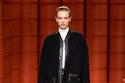 إطلالة مع معطف أسود من الجلد المدبوغ من مجموعة  Hermès لخريف 2021