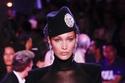 بيلا حديد ترتدي قبعة جذابة من Alexandre Vauthier