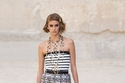 إطلالة تنورة من التويد من مجموعة Chanel ريزورت 2022