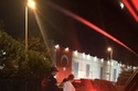 هازال كايا وزوجها علي آتاي خارج أحد المولات باسطنبول