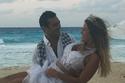 لقطة مرحة لمنة حسين فهمي وعريسها