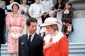 الأميرة ديانا ترتدي بلوزة حمراء وبيضاء وتنورة وقبعة مطابقة وحذاء مسطح