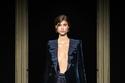 إطلالة باللون الأزرق لامعة من مجموعة Giorgio Armani Privé هوت كوتور