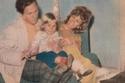 صورة عائلية قديمة لمحمود رضا مع زوجته وابنته شيرين