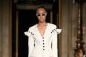 بدلة تنورة باللون الأبيض مزينة بالأزرار من مجموعة Christian Siriano