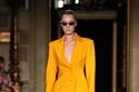 بدلة تنورة باللون البرتقالي من مجموعة Christian Siriano