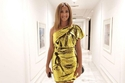 دنيا سمير غانم تتألق بفستان ذهبي قصير