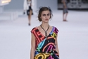 فستان برسومات من النيون من Chanel