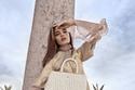 عارضة الأزياء تحمل  حقيبة CYBILL من مجموعة  Aigner