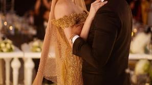 صور زفاف عارضة أزياء تونسية يثير ضجة بسبب فستانها المصنوع من الذهب
