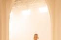 عارضة  الأزياء كيت موس ترتدي معطف مزين بالزهور من مجموعة Fendi
