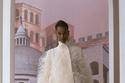 سترة بيضاء مزينة بالريش من مجموعة Fendi هوت كوتور خريف 2021