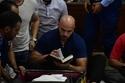عمر طلعت زكريا يتسلح بالقرآن ليحافظ على تماسكه في جنازة والده