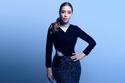 فستان أسود من لا بورجوازي بتنورة مطرزة بحبات مضيئة مع بروش على الخصر