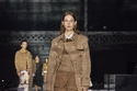 إطلالة باللون الجملي من مجموعة أزياء Burberry لخريف وشتاء 2020