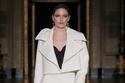 بدلة تنورة باللون الأبيض من مجموعة Christian Siriano لخريف 2021