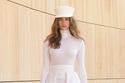 إطلالة باللون الأبيض مع تنورة من  مجموعة Kristina Fidelskaya
