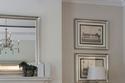 غرفة معيشة باللون الأبيض