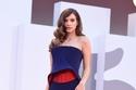 Barbara Palvin بفستان أزرق كلاسيك من Armani Privé
