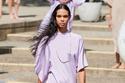 فستان أرجواني منسدل على القوام من مجموع Rodarte ربيع  وصيف 2022