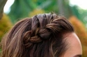 تسريحة ضفيرة جانبية مع الشعر القصير