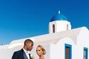 صور طبيبة أمريكية تحول زفافها إلى إحدى قصص الخيال في جزيرة سانتوريني اليونانية