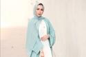 تسنيم أبو سيدو ترتدي عباية كارديغان باللون الأزرق مع فستان أبيض