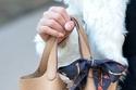 موضة الحقائب المزينة بالأوشحة الستان مع الحقيبة الدلو