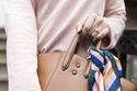 موضة الحقائب المزينة بالأوشحة الستان مع الملابس العملية