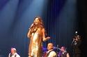 نانسي عجرم بفستانها الذهبي البراق في حفلها في لندن