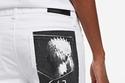 بنطلون أبيض مع صورة لـ Karl Legend على الجيب