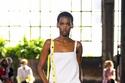 فستان أبيض بتصميم مميز من مجموعة Valentino