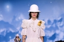 فستان أبيض كسرات مزين بالدانتيل من  Louis Vuitton
