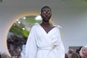 فستان أبيض بتصميم قميص من مجموعة  Valentino