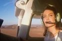 Angelina Jolie surpreende ao pilotar